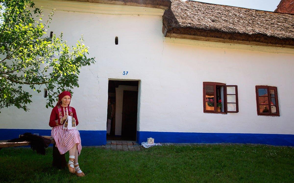 Na několik dní kolem jízdy králů ožívá Vlčnov nevšedním ruchem. O původu tradice dnes mnoho nevíme, snad vznikla z okázalých královských ceremonií nebo velikonočních procesí. Před druhou světovou válkou se jízda slavila téměř v každé vsi na Slovácku. Probíhala v období letnic, křesťanského svátku následujícího 50 dní po Velikonocích. Od 60. let minulého století se ve Vlčnově její datum ustálilo na poslední neděli v květnu. | © Lukáš Žentel, z archivu CzechTourism