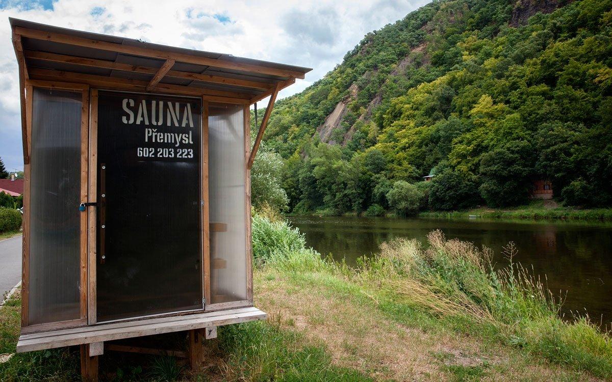 Přímo pod hradištěm Kazín, v místě, kde se údajně usadila nejstarší ze tří Krokových dcer, vede přes řeku Berounku malebný přívoz. Vyzkoušet můžete také místní saunu. | © Eva Kořínková