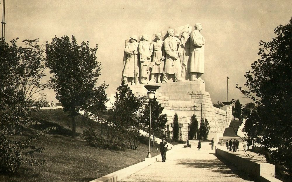Na důkaz lásky československého lidu byl sovětskému vůdci Josifu Stalinovi na pražské Letné postaven největší pomník na zeměkouli.