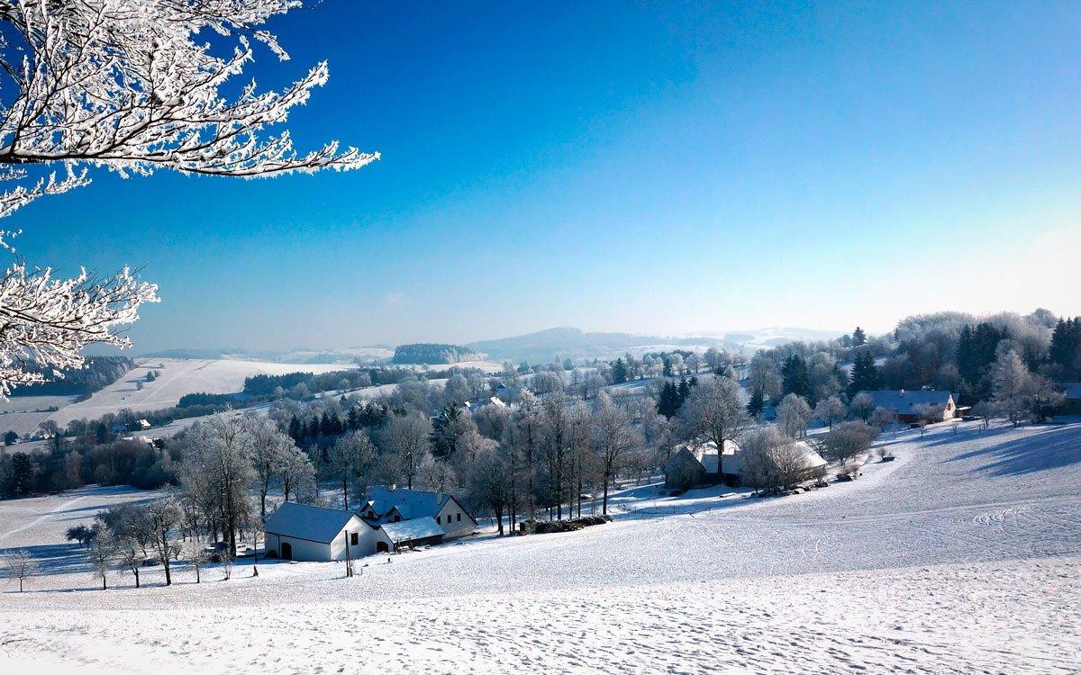 Zvlněná krajina Vysočiny v samém srdci Evropy nenabízí jen skvěle upravované běžkařské trasy, ale také krásné výhledy do okolní krajiny a útulné hospůdky, kterých většinou na trase potkáte několik. | © Dreamstime