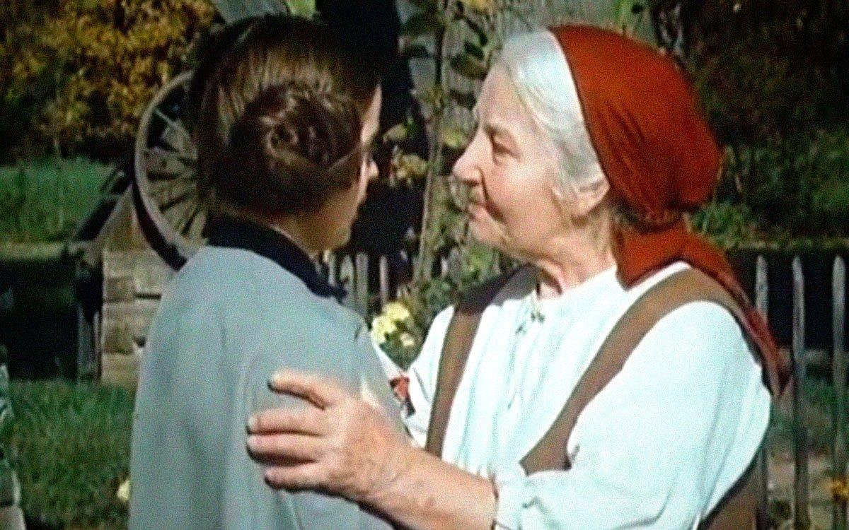 Ve svém nejznámějším literárním díle Božena Němcová zachycuje dění na venkově se všemi zvyky, nejedná se však o autobiografický román, jak se někteří mylně domnívají, ale o fiktivní povídku. Kniha patří k nejpopulárnějším dílům české literatury a dočkala se také několik filmových zpracování i divadelních dramatizací. | z filmu Babička (1971)