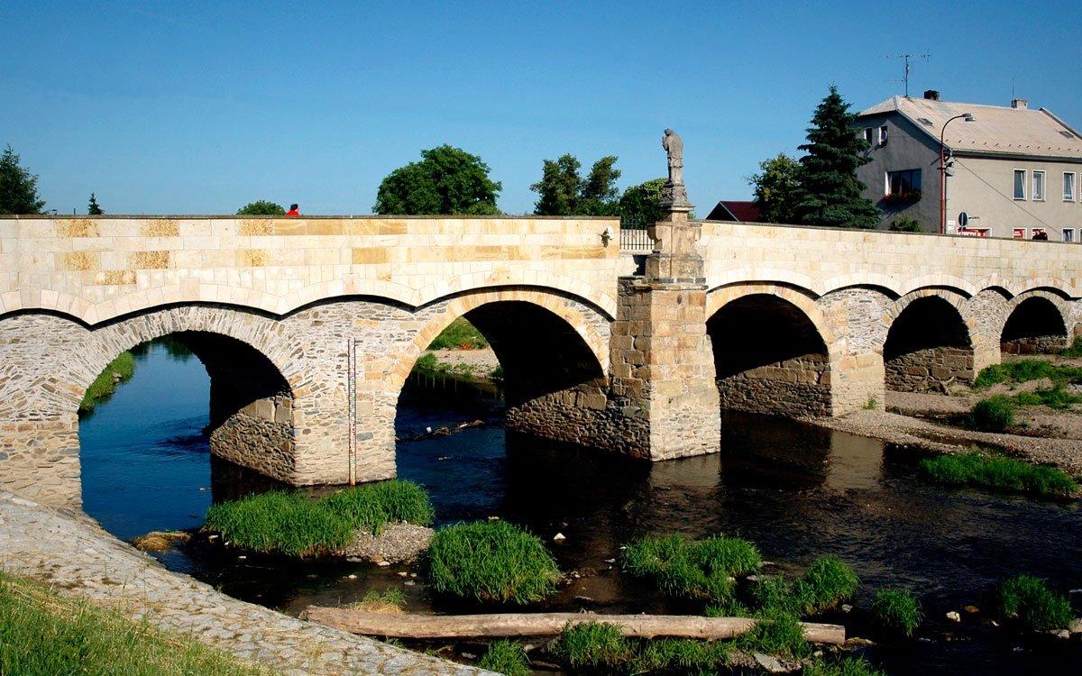 Město na řece se neobejde bez mostu. Litovel se může pochlubit nejstarším kamenným mostem na Moravě a zároveň také třetím nejstarším mostem v Česku. Přečkal všechny povodně, které město od roku 1592 postihly, a když nacisté koncem drhé světové války na svém ústupu všechny mosty v Litovli podminovali a chystali se je vyhodit do vzduchu, delegace zástupců města se odhodlala okupanty požádat, aby byl tento skvost zachován. Tak byl historický Svatojánský most zachráněn a dodnes patří mezi naše významné technické památky. | © Dreamstime