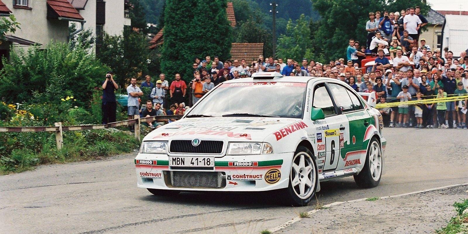 Roman Kresta v tovární Škodě Octavia WRC.