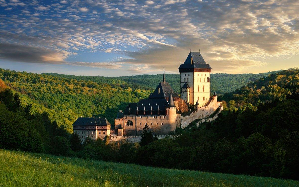 Červená turistická trasa z Berouna na Karlštejn je nejen nejstarší, ale také jednou z nejkrásnějších v Česku. Pokud se vám krajina v okolí Karlštejna zalíbí, doporučujeme ještě procházku po žluté turistické trase kolem zatopených lomů Malá a Velká Amerika. | z archivu CzechTourism