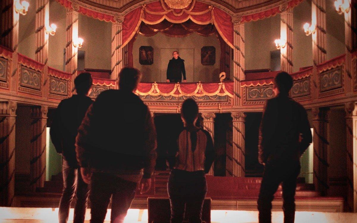 Hrabě Jiří Josef z Valdštejna a Vartemberka si nechal na zámku v Litomyšli postavil nádherné divadlo a během představení pořádal opulentní večírky. Jeho slabost pro umění a zábavu ho ale nakonec dovedla k velkým dluhům.   z archivu seriálu Lovci zážitků