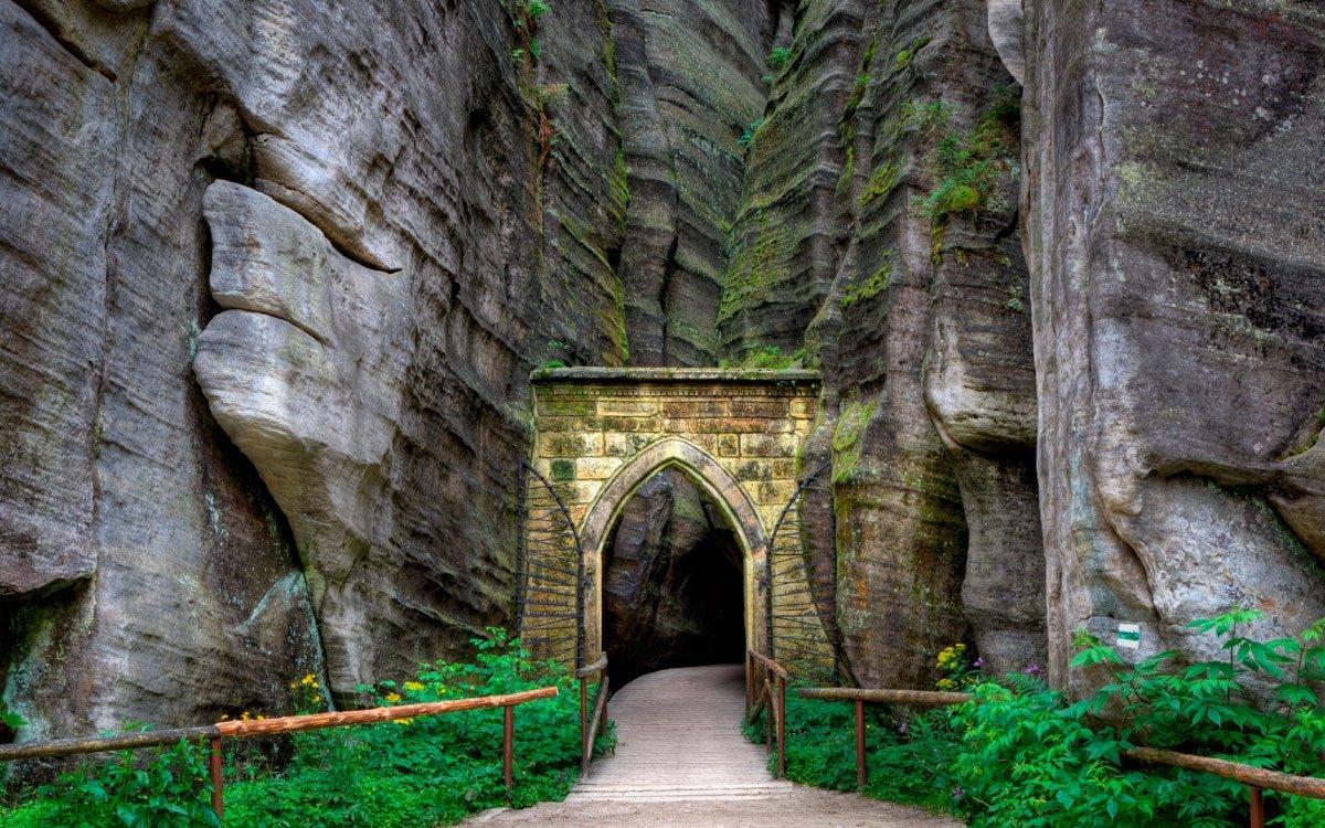 Do vnitřního, úzce sevřeného skalního města Adršpachu se vchází Gotickou branou, jedním z nejkouzelnějších míst celých skal. Proti proudu Metuje pak dojdete přes Sloní náměstí až k Malému a Velkému vodopádu, který vytéká z Adršpašského jezírka. | © Dreamstime
