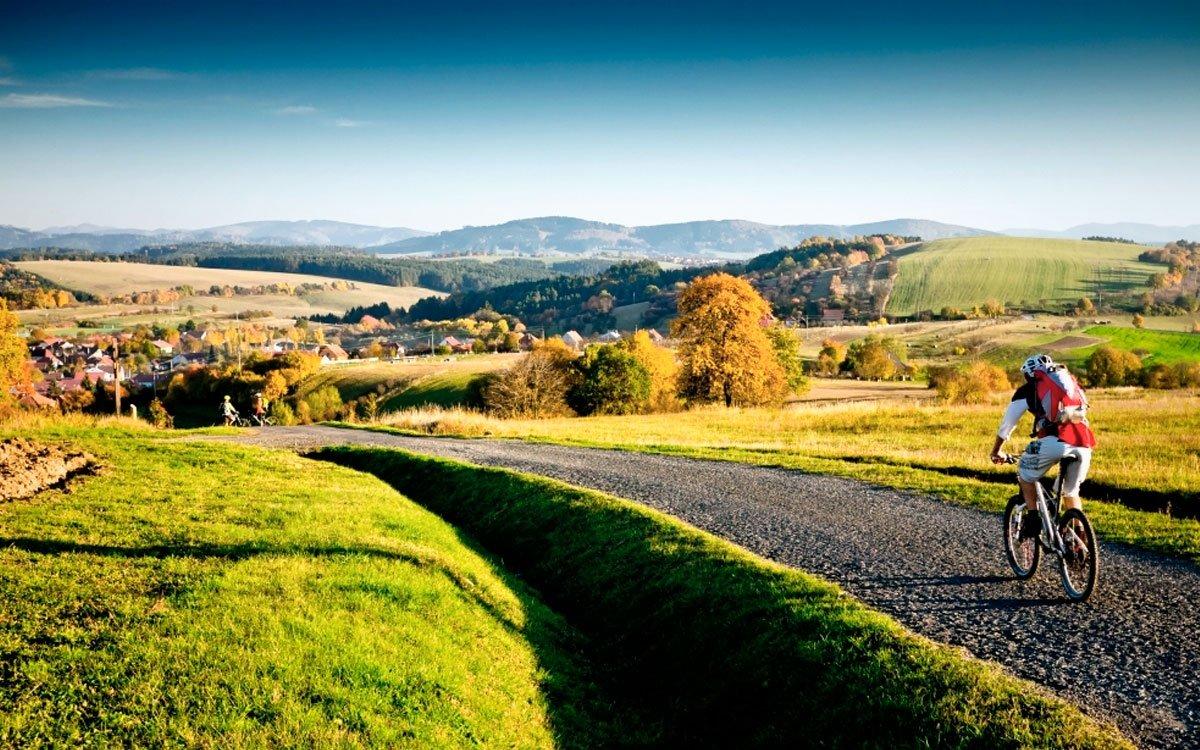 Valašská krajina koupající se v podvečerním slunci s roztroušenými ostrůvky vesnic a malých osad je pro turisty i dobrodruhy na dvou kolech rájem na zemi. |  © Petr Slavík, www.trail-busters.com