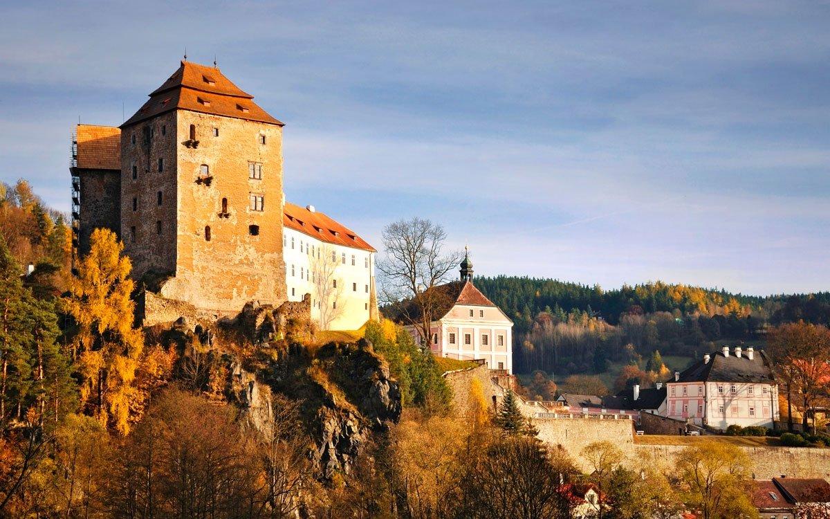 Hrad Bečov je jedním z nejzachovalejších českých hradů – jeho historie spadá až do začátku 14. století. Chránil důležitou křižovatku zemských cest a snad sloužil původně jako celní místo. V období renesance, kdy středověký hrad nevyhovoval náročným reprezentativním požadavkům na bydlení, byl přestavěn. Počátkem 18. století byl na základech dělové bašty vystavěn nový, pozdně barokní zámek. | © Ladislav Renner, archiv CzechTourism