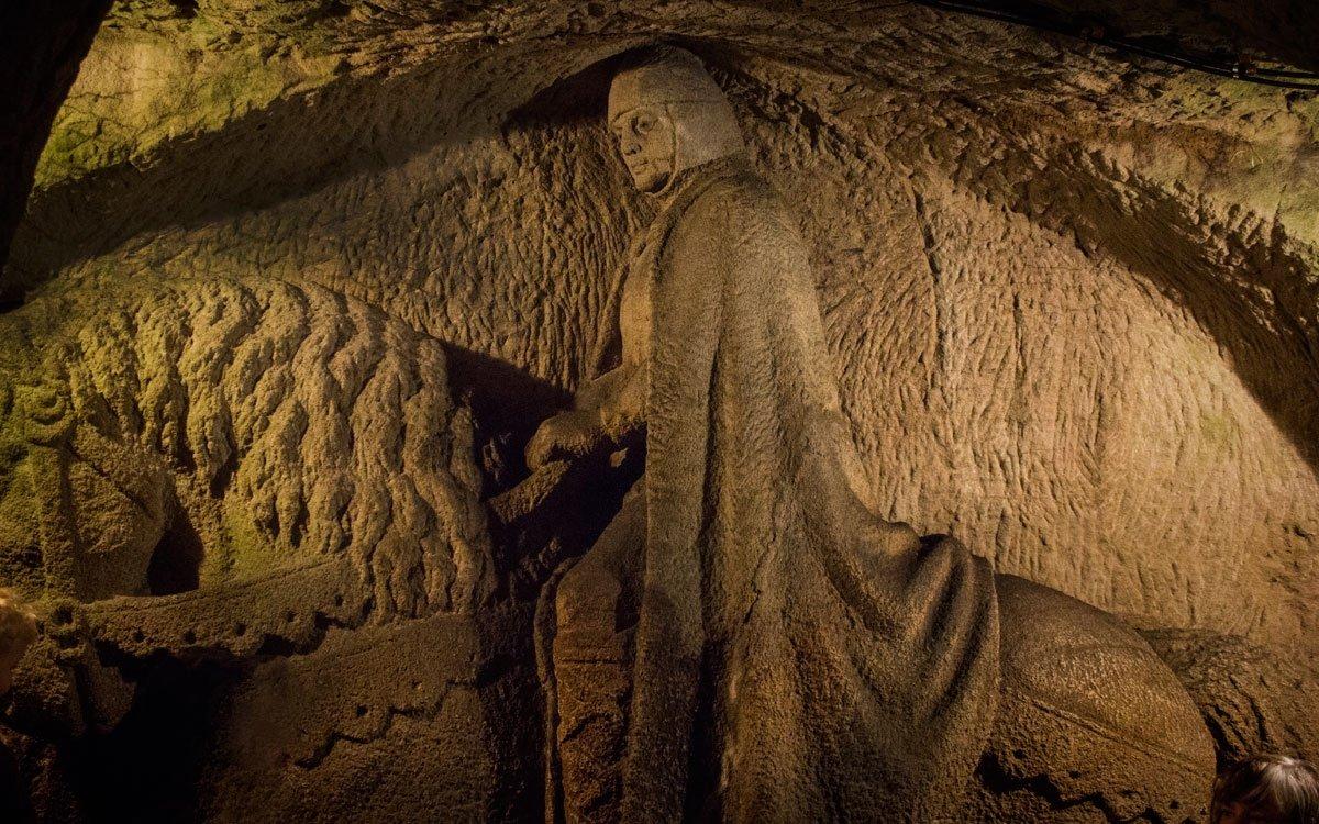 V uměle vytvořených pískovcových jeskyních, vyhloubených  do nitra vrchu Milenka nedaleko Kunštátu vytvořil lidový sochař Stanislav Rolínek unikátní soubor soch blanických rytířů. Vůdčí postavou je jezdecká socha svatého Václava, stojící uprostřed spícího vojska. | © Jaro Dufek