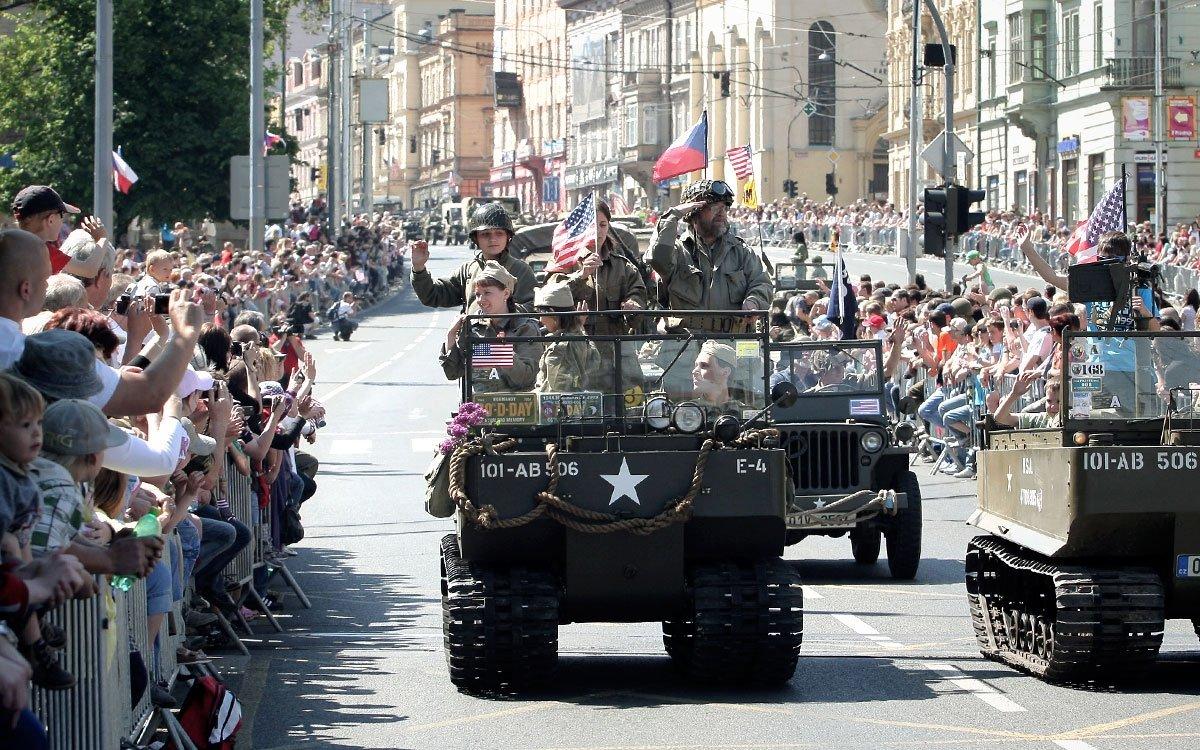 S velkou slávou Plzeňané vítali v roce 1945 své osvoboditele z řad americké armády, kteří si příjezd do města vyhlášeného pivem a krásnými děvčaty užívali se vší parádou. Každoroční oslavy osvobození vylákají do ulic Plzně mnoho obyvatel města i dnes. | Archiv MMP