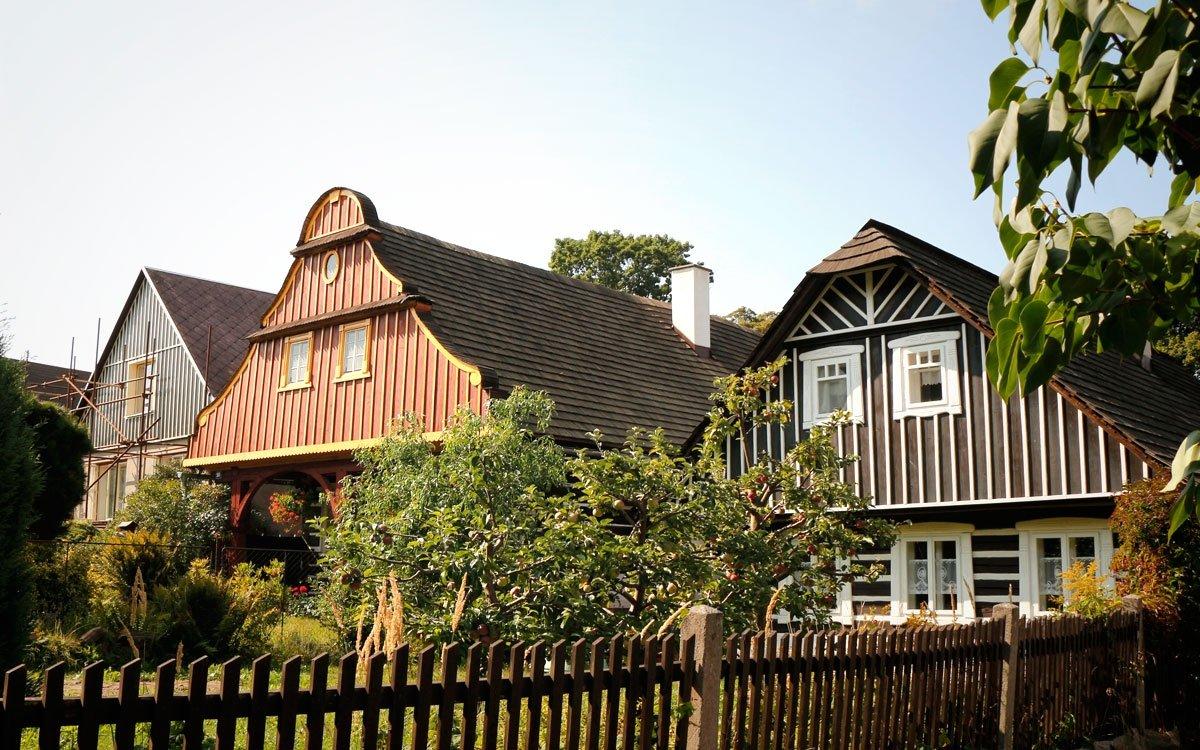 Lomnická čtvrt Karlov, založená hrabětem Karlem Morzinem v roce 1739, je od roku 1995 chráněnou vesnickou památkovou rezervací. Zachovalo se zde sedm roubených domů, některé s krytou podsíní, které jsou jedinečnou ukázkou podkrkonošské lidové architektury. | © sius