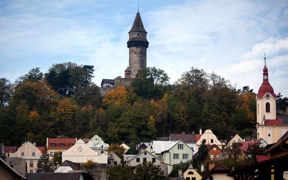Za jedinečným výhledem na město a jeho okolí se určitě vydejte na věž Trúba. Čtyřicet metrů vysoká gotická dominanta se na rozhlednu proměnila na počátku minulého století a dnes představuje jedinou dochovanou část někdejšího hradu. Máte-li čas, můžete odtud pokračovat po Lašské naučné stezce, která vás provede tím nejzajímavějším vokolí města.   © Eva Kořínková