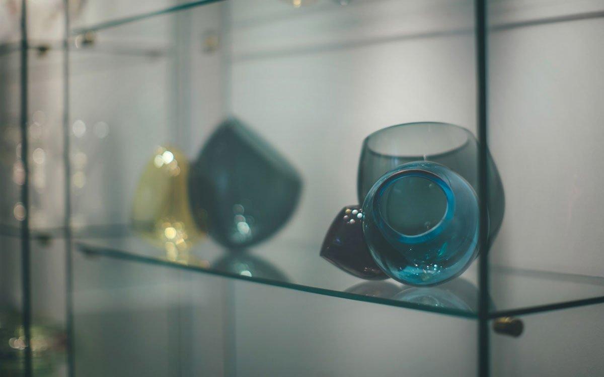 Dnes už se sice sklářskému průmyslu nedaří tak jako dřív, skleničky, vázy, džbánky nebo skleněné dekorace z Nového Boru však stále mají dobré jméno i v zahraničí. | © Petr Hricko