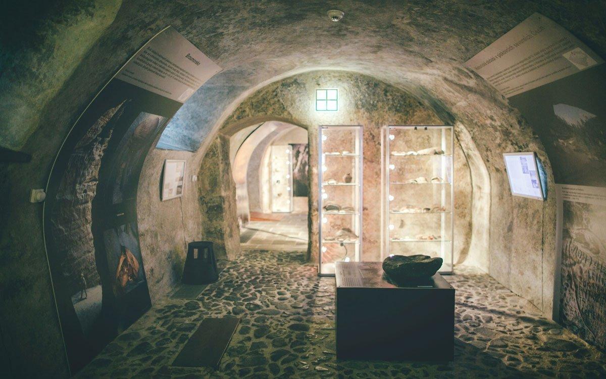 Přímo do ulic středověké České Lípy vás přenese unikátní virtuální 3D model v archeologickém muzeu Šatlava, které v neobvyklých prostorách někdejšího vězení nabízí i pestrou expozici jeskynní archeologie.   © Petr Hricko
