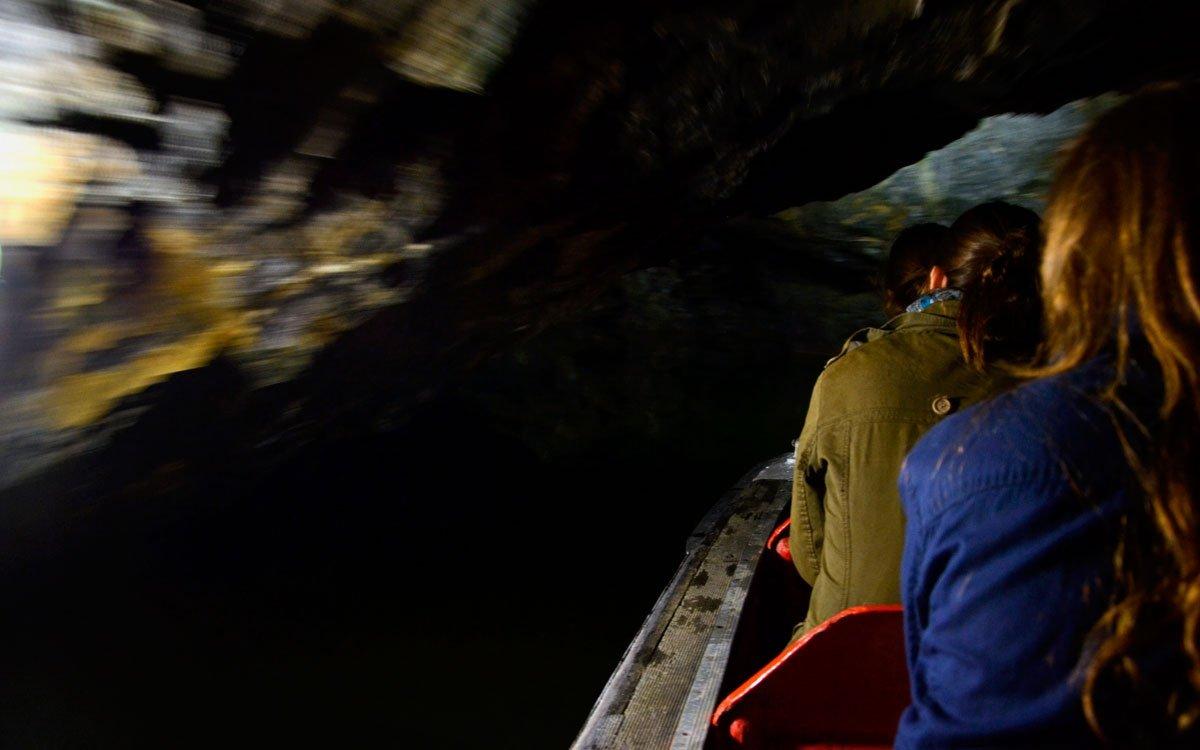 Přilehlé Punkevní jeskyně jsou nejdelším jeskynním systémem v Česku a délka dosud známých chodeb přesahuje 40 km. Můžete si ho projít po značených trasách pěšky, my ale rozhodně doporučujeme dobrodružnou projížďku na lodičkách po azurové říčce Punkvě. | © Dreamstime
