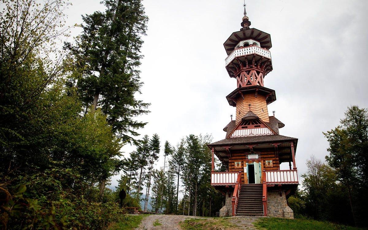 Ve stráni Karlova kopce nad skanzenem stojí další z unikátních Jurkovičových staveb – 32 metrů vysoká vyhlídková věž, dokončená roku 1896. | © Eva Kořínková