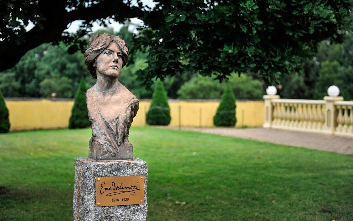 V roce 2002 koupila zámek Radoslava Doubravová a začala mu vracet tvář, jakou měl za Emy Destinnové. V roce 2006 se zámek otevřel také veřejnosti. | © René Volfík