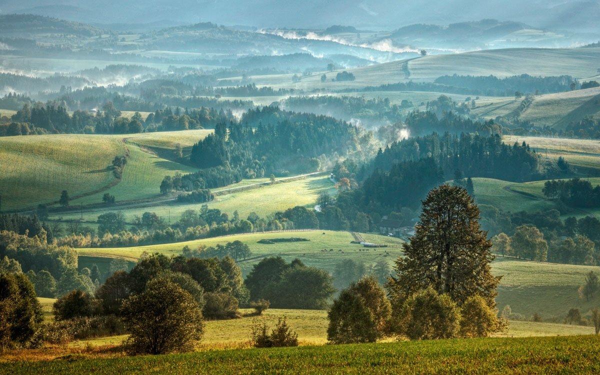 Malebná krajina v okolí Mariánského vrchu je místem klidného rozjímání a nádherných výhledů na pohoří Králického Sněžníku. | © Ivanka Čištínová, archiv CzechTourism