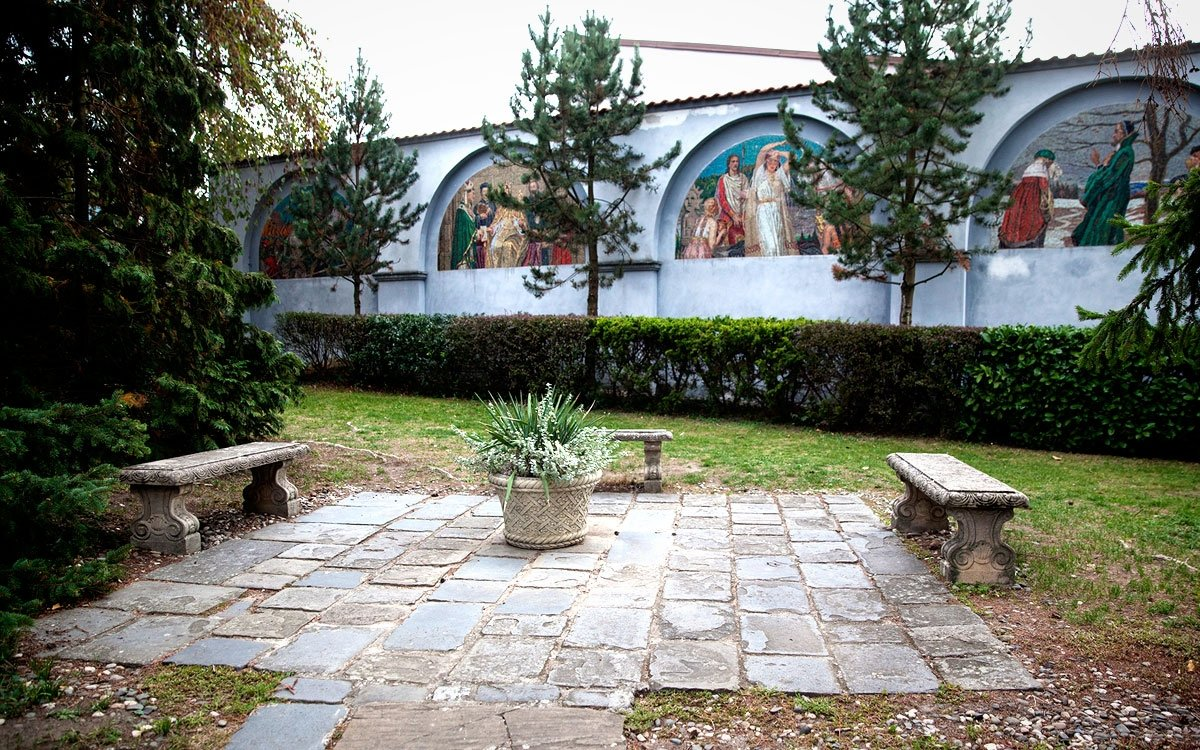 Pět mozaikových lunet od Maxe Švabinského, původně určených pro výzdobu Národního divadla v Praze, zdobilo nejprve Colloredovu kolonádu v Podzámecké zahradě, v roce 1999 byly přeneseny do bývalého františkánského kláštera, do míst, kde Max Švabinský strávil dětství. Lunety dnes uvidíte pouze čtyři, pátá se nachází v depozitáři, a tematicky se všechny vztahují k významným událostem české historie. | © Eva Kořínková