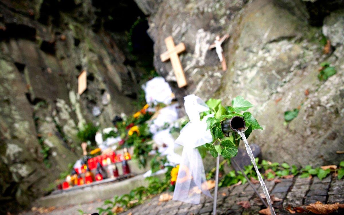 Podivným událostem kolem jeskyně ovšem nebyl konec. Když ve Spálově postavili v18. století nový kostel, umístili prý původní obrázek ze skal na jeho oltář. Jednoho dne ale farář zjistil, že obrázek vkostele není přesto, že vnoci byl kostel zamčený. Jaké bylo překvapení, když jeho pomocníci našli kresbu u pramene nad Odrou. To se prý stalo ještě třikrát, proto se farář nakonec rozhodl obrázek nechat na původním místě. Při pozdějších úpravách jej ale stejně nahradila malá soška. | © Eva Kořínková