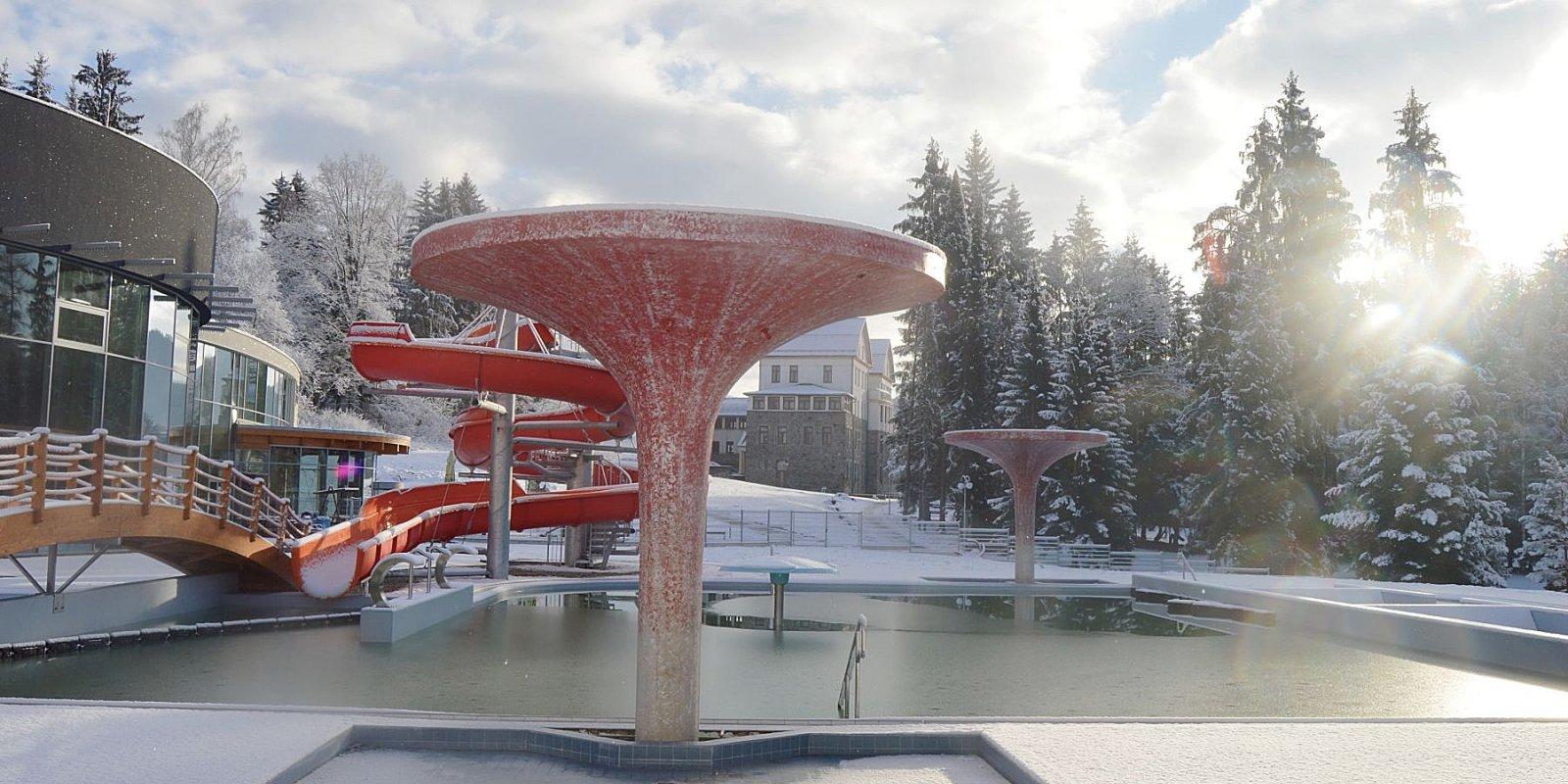 Novou chloubou lázní je unikátní termální park na místě někdejšího koupaliště.  Zařízení, které v České republice nemá obdoby, nabízí jako jediné koupel v přírodní termální vodě a to celkem v devíti vnitřních a venkovních bazénech s teplotou vody okolo 36° C.