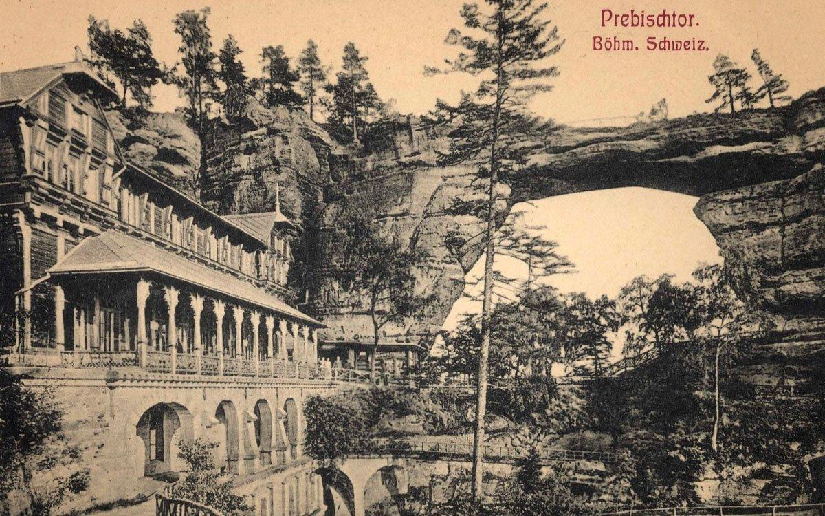 Skalní masiv, stojící stranou všech hlavních cest, objevili nejprve umělci ze sousedního Saska a v roce 1826 se u paty skalní brány objevilo první skromné občerstvovací zařízení. Z popudu šlechtické rodiny Clary-Aldringenů tu ale v roce 1881 vyrostla mnohem honosnější restaurace, která znaveným pocestným nabízela i padesát lůžek k přespání. | Hermann Poy, 1908