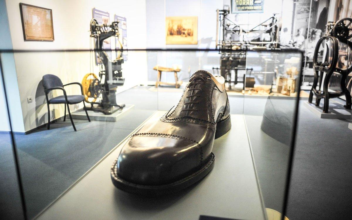 V nově zrekonstruované expozici si prohlédnete nejen zajímavé modely obuvi, ale i celou řadu ševcovských strojů a pomůcek. Raritou muzea je obří ručně šitá polobotka, která je zapsaná i v České knize rekordů a kuriozit. | © René Volfík