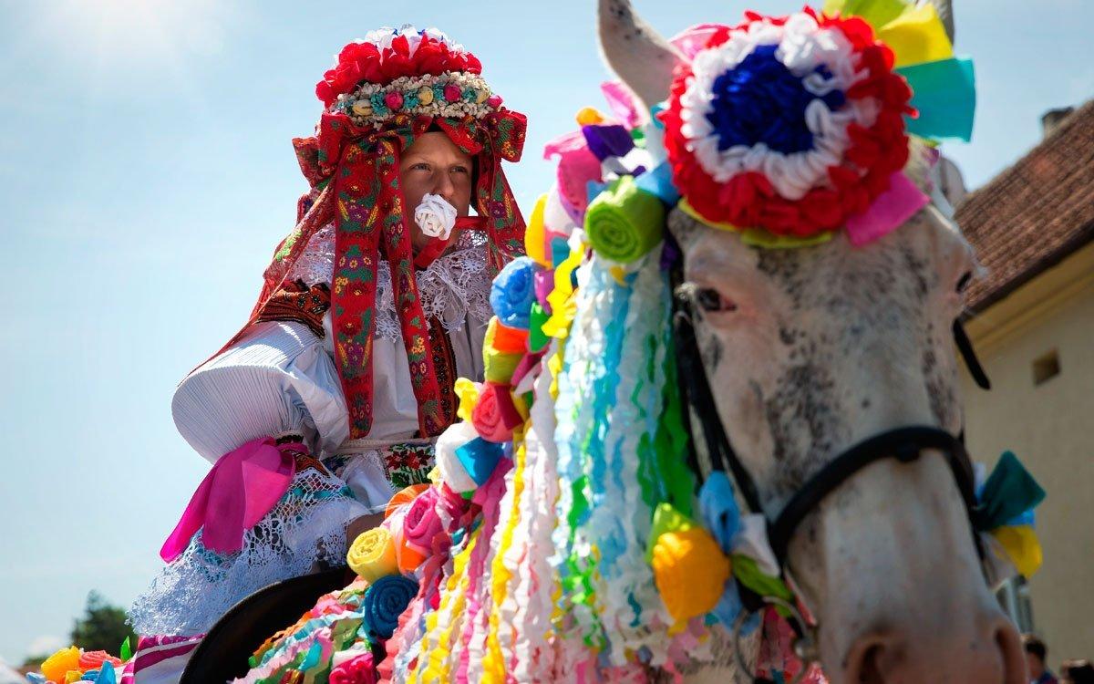 Dalším z neobjasněných tajemství vlčnovské tradice je bílá růže, kterou má král po celou dobu jízdy v ústech. Pestře zdobení koně jako by přišli z jiné doby. | © Lukáš Žentel, z archivu CzechTourism