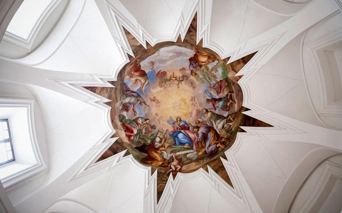 Mistr unikátního barokního stylu po sobě v klášteře zanechal i skvostné interiéry, vnichž si po svém zvyku pohrál sprostorem a světlem, kterému dovolil vnášet do vnitřních prostor silně duchovní atmosféru. | © Eva Kořínková