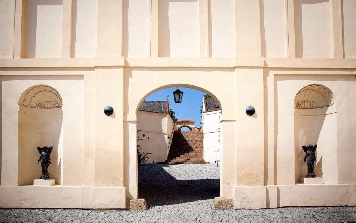 Oppidum ve Stradonicích bylo jedním z nejvýznamnějších obchodních center na sever od Alp. Z rušné obchodní křižovatky ale do dnešních dní zůstalo pouze pár valů a terénních nerovností, proto doporučujeme napřed navštívit keltskou expozici v zámeckém muzeu v Nižboru, která dokumentuje více jak sto tisíc nalezených artefaktů, které se podařilo ve Stradonicích najít i přes řádění vandalů. | © Eva Kořínková