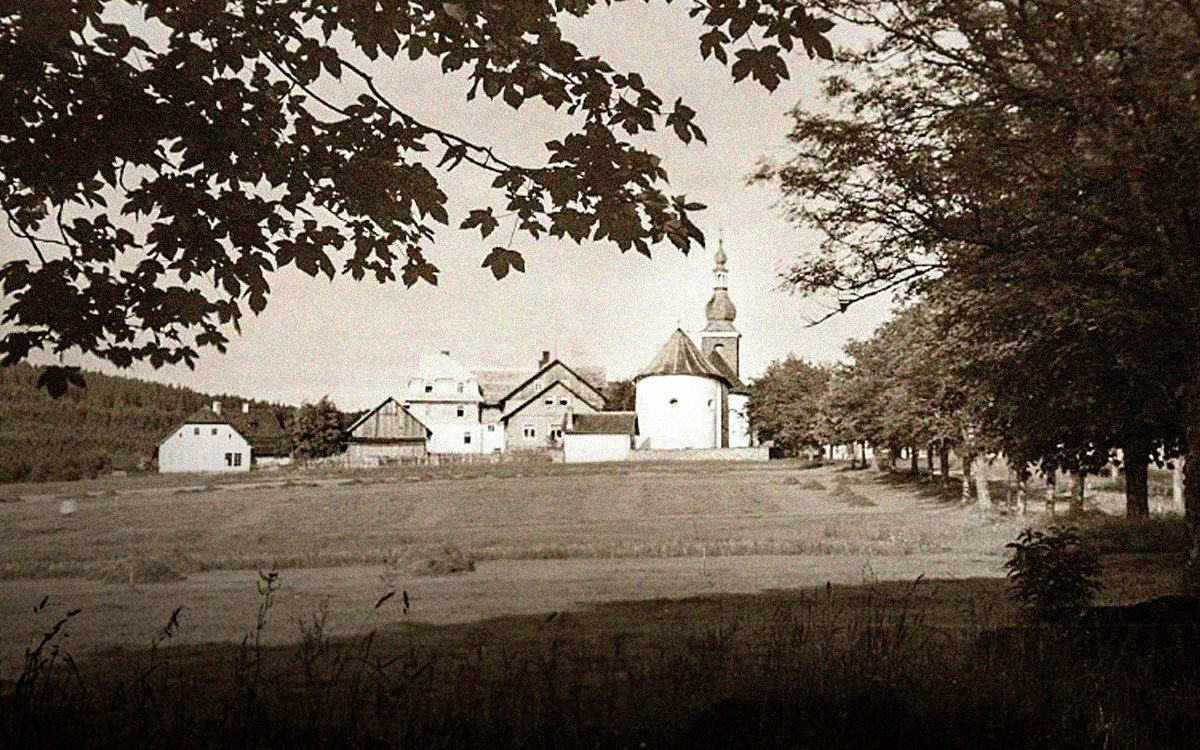 Jedna z nejslavnějších sklářských obcí na Šumavě byla založena známým sklářským rodem Hafenbrädlů v roce 1766. Ke sklárně postupně přibyly domky, panský dům či Turecký dům pro obchodníky, fara a mlýn. Ignác Hafenbrädl zde nechal vystavět kostel sv. Vincence. Jeho nástupce Jiří Kryštof Abele dal později opodál postavit kapli sv. Kříže s rodinnou kryptou.