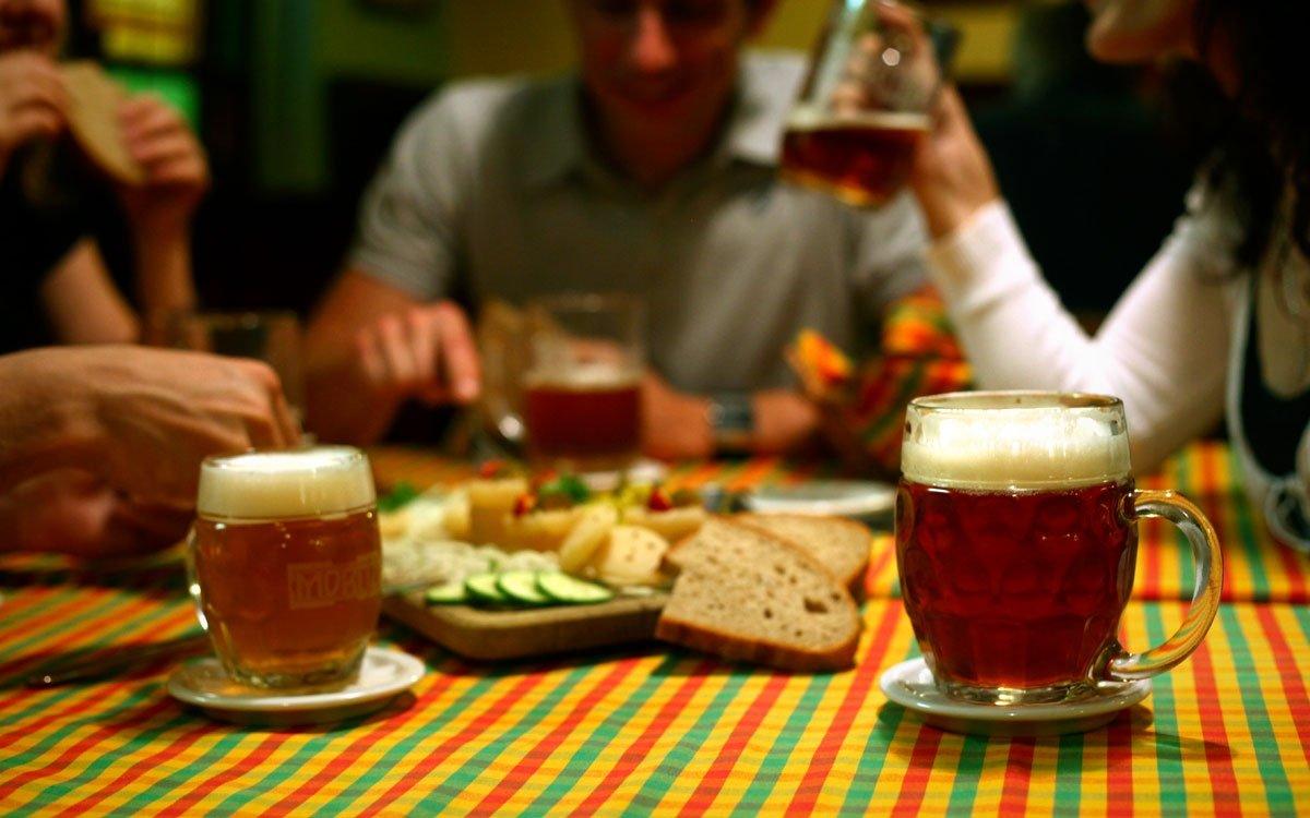 Tradiční olomoucké tvarůžky můžete ochutnat v mnoha podobách takřka v každé hanácké hospodě, nejoblíbenější variací je ale samozřejmě ta s čerstvým chlebem a dobře vychlazeným pivem. A místní piva jsou stejně skvělá jako tvarůžky. | © Jan Andreáš, archiv města Olomouc