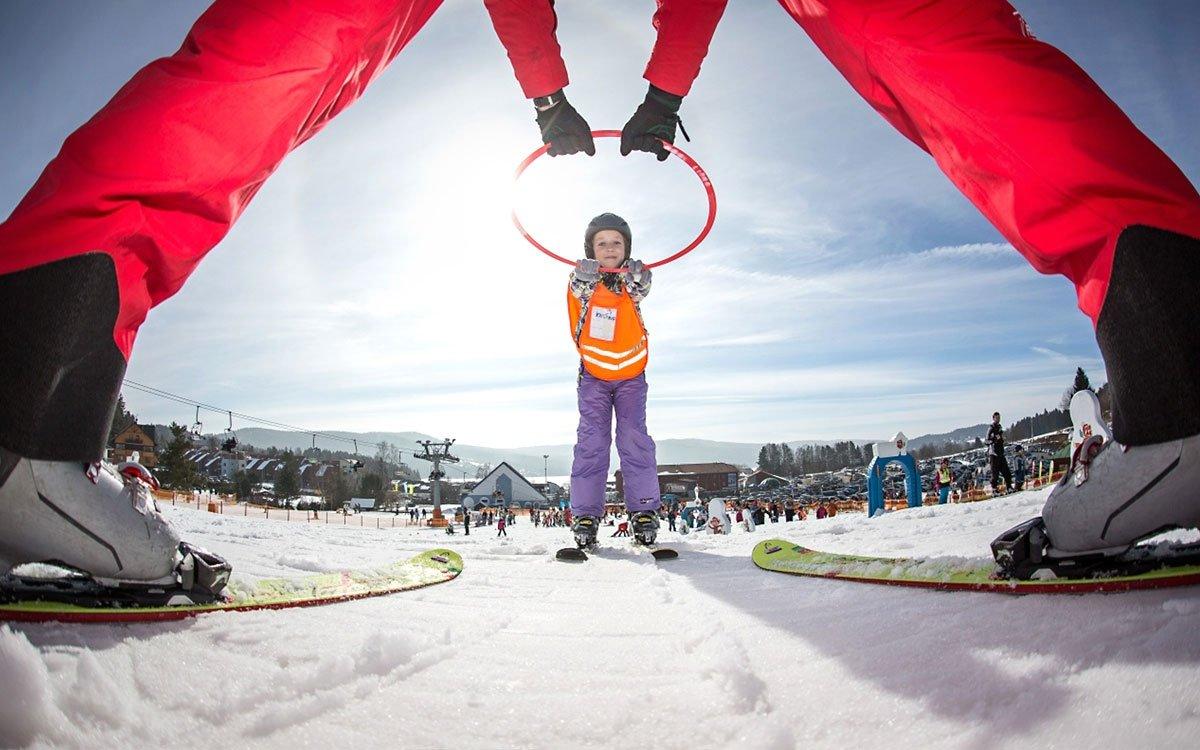 Malým lyžařům jsou k dispozici tři pojízdné koberce, dětský kolotoč, pohádkové a zvířecí slalomové dráhy s podjezdy a tunely i moderní výukové pomůcky. Odpoledne k tomu probíhají nejrůznější zábavní programy plné her a soutěží o sladké ceny. A vstup do Fox parku je navíc zdarma. | z archivu skiareálu Lipno
