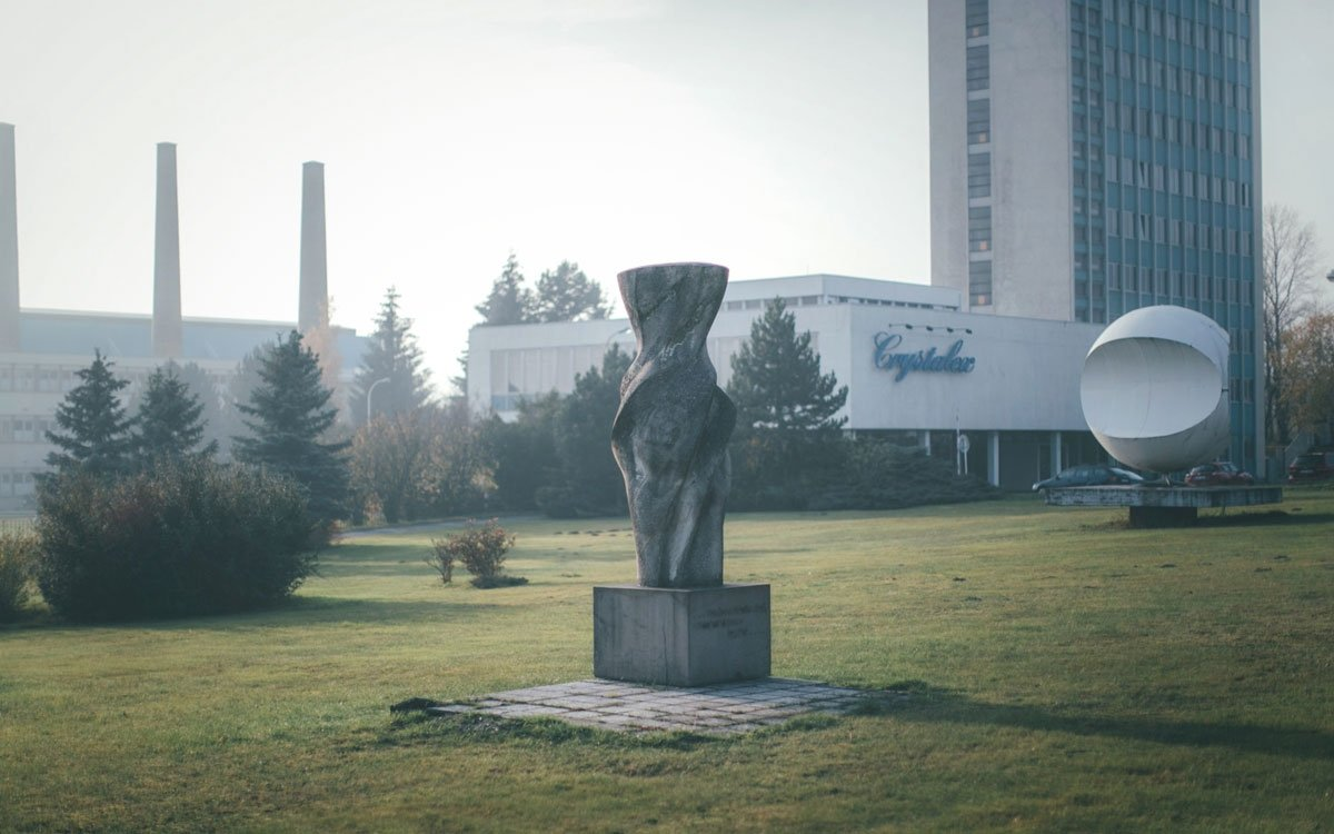 O kuriózním prvenství Nového Boru jste možná slyšeli poprvé, severočeské město totiž mnohem víc proslavila zdejší sklářská výroba. Je zajímavou shodou dějinných událostí, že továrna největšího a nejznámějšího českého výrobce křišťálu vyrostla právě v místech, kde kdysi přistál Zeppelinův stroj. | © Petr Hricko
