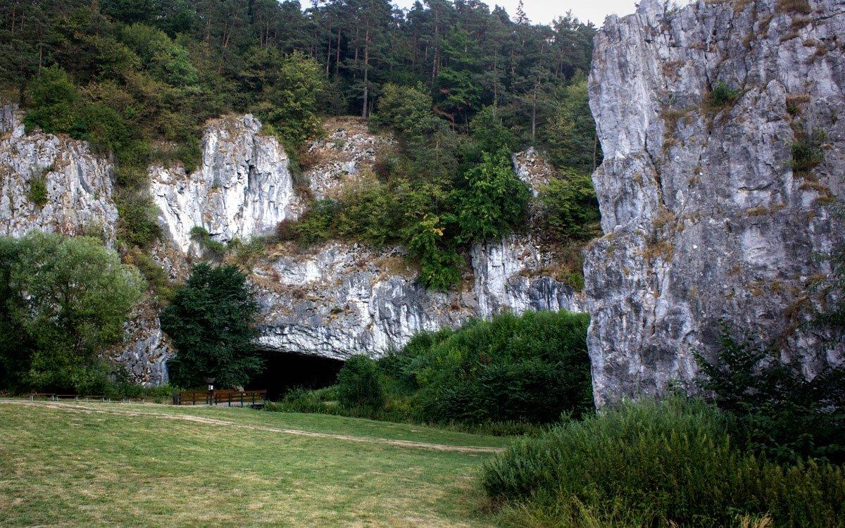 Pokud si netroufáte na dobrodružné výpravy úzkými jeskynními proláklinami, vydejte se po červené turistické značce k Punkevním jeskyním a propasti Macocha. Trasa prochází srdcem Moravského krasu a hluboké údolí je poseté množstvím menších jeskyní a zajímavých skalních útvarů. | © Jaro Dufek