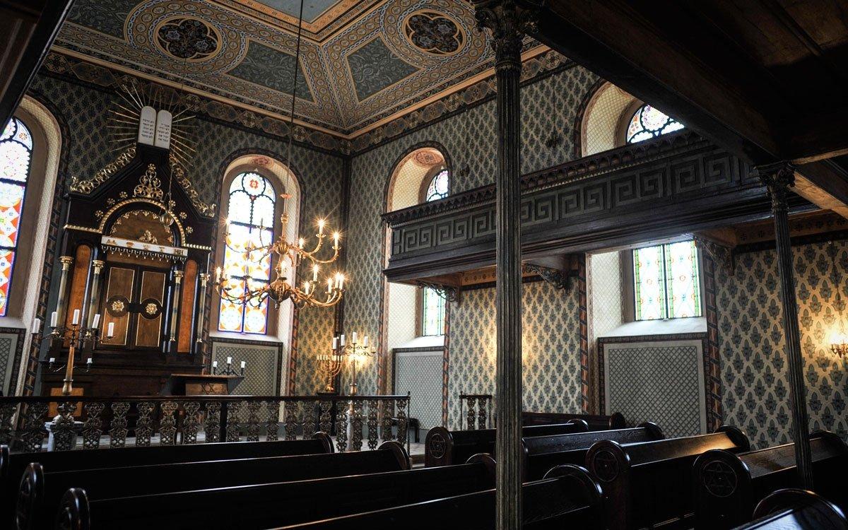Historii života Židů v Heřmanově Městci připomíná novorománská synagoga, která dnes slouží i jako kulturní centrum. Za návštěvu určitě stojí také židovský hřbitov s více než tisíci náhrobky, jeden z největších a nejstarších u nás. | © René Volfík