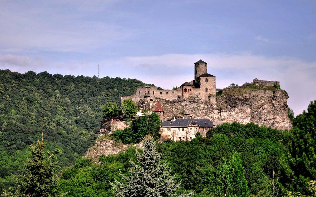 Majestátní rozvalina hradu Střekov je opředena mnoha legendami a od nepaměti jitří fantazii snílků a romantiků. | © Radovan Smokon, Dreamstime