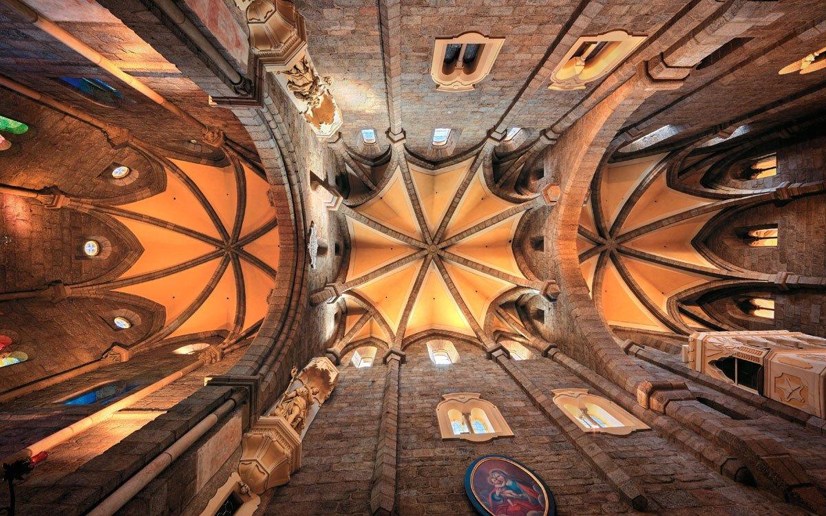 Zhruba 300 metrů vzdušnou čarou od centra židovského ghetta stojí největší třebíčský křesťanský svatostánek – románská bazilika sv. Prokopa, která společně s židovskou čtvrtí tvoří unikátní celek, zapsaný na seznam UNESCO. Zajímavostí je, že při zápisu na seznam světového dědictví v roce 2003 se jednalo o jedinou židovskou památku mimo území Izraele. | © Libor Sváček, archiv CzechTourism
