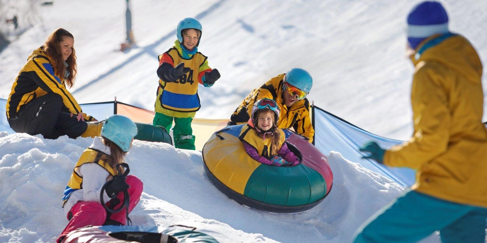 Při snowtubingu ve skiareálu Novako si užijete spoustu legrace.
