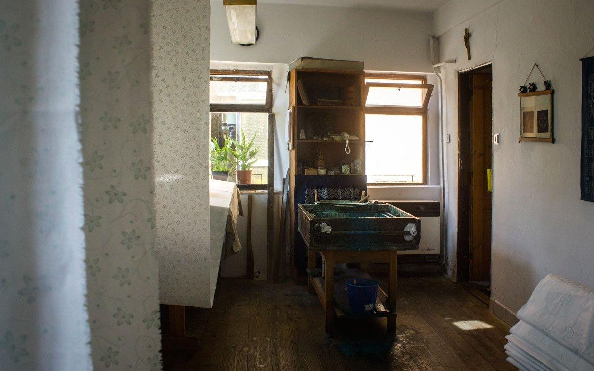 Vzory používané v Olešnici jsou tradičními vzory Vysočiny. V této oblasti se prolíná Horácko a Podhorácko, což byly kraje chudobné, a lidé se tu oblékali prostě. Skromnost se projevuje i v motivech, které jsou zde jednodušší – jemné drobné a převážně květinové. | © Jaro Dufek