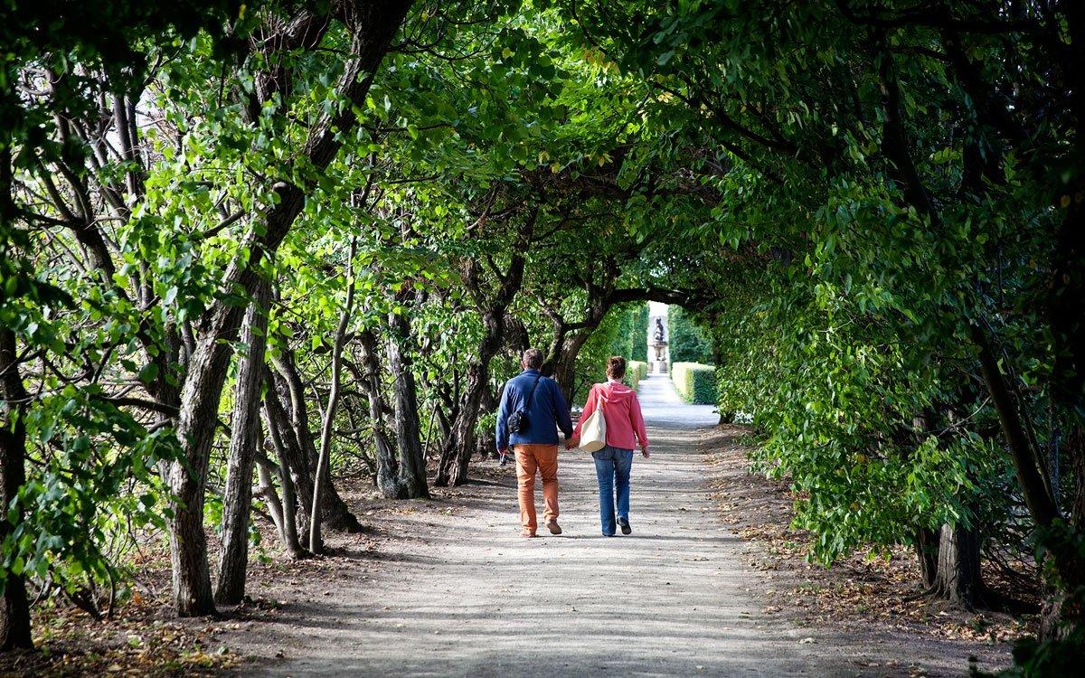 Zahrada je otevřena po celý rok, a i když nejbarevnější je na jaře, užijete si její jedinečnou atmosféru i na podzim či vzimě. Labyrinty, kašny, květinová výzdoba či 244 metrů dlouhá kolonáda se sochami antických bohů a bájnými postavami tvoří jeden harmonický celek, jemuž dominuje centrální rotunda. | © Eva Kořínková