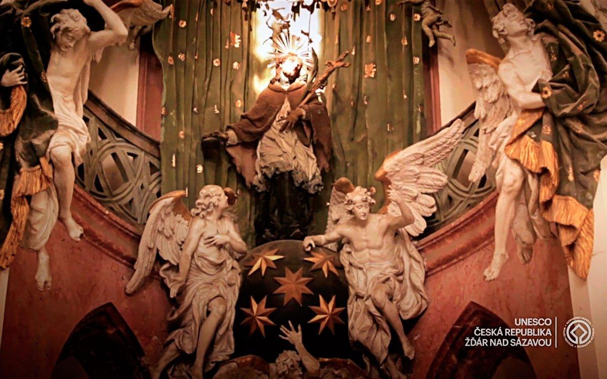 Jan Nepomucký byl ve 14. století vlivným církevním hodnostářem a v neklidné době sporu mezi králem Václavem IV. a arcibiskupem se stal obětí králova hněvu. Byl zajat, mučen a jeho mrtvé tělo bylo pohozeno do Vltavy. Poetičtější verze však praví, že Jan obětoval svůj život, aby nevyzradil zpovědní tajemství královny Žofie. Podle legendy pak nad tělem mrtvého světce zářilo pět hvězd.  | z archivu CzechTourism