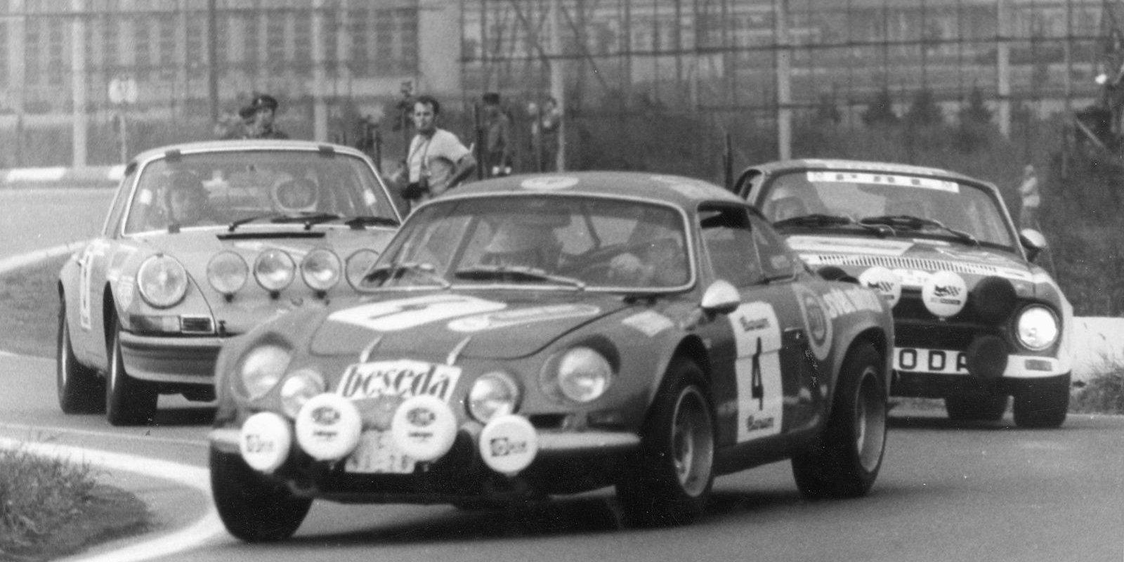 V pozadí Wolfgang Hauck s vozem Porsche, vítěz v roce 1974.