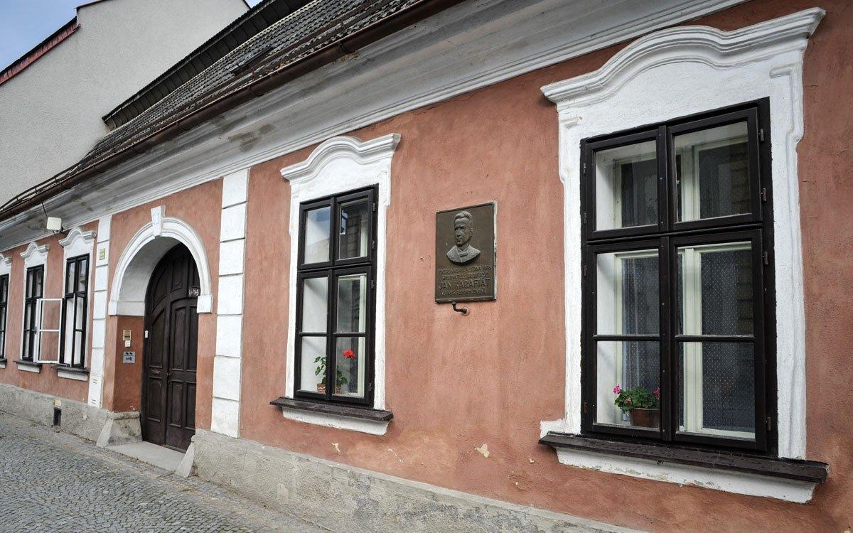 Na druhém konci náměstí připomíná pamětní deska rodný dům Jana Karafiáta. | © René Volfík