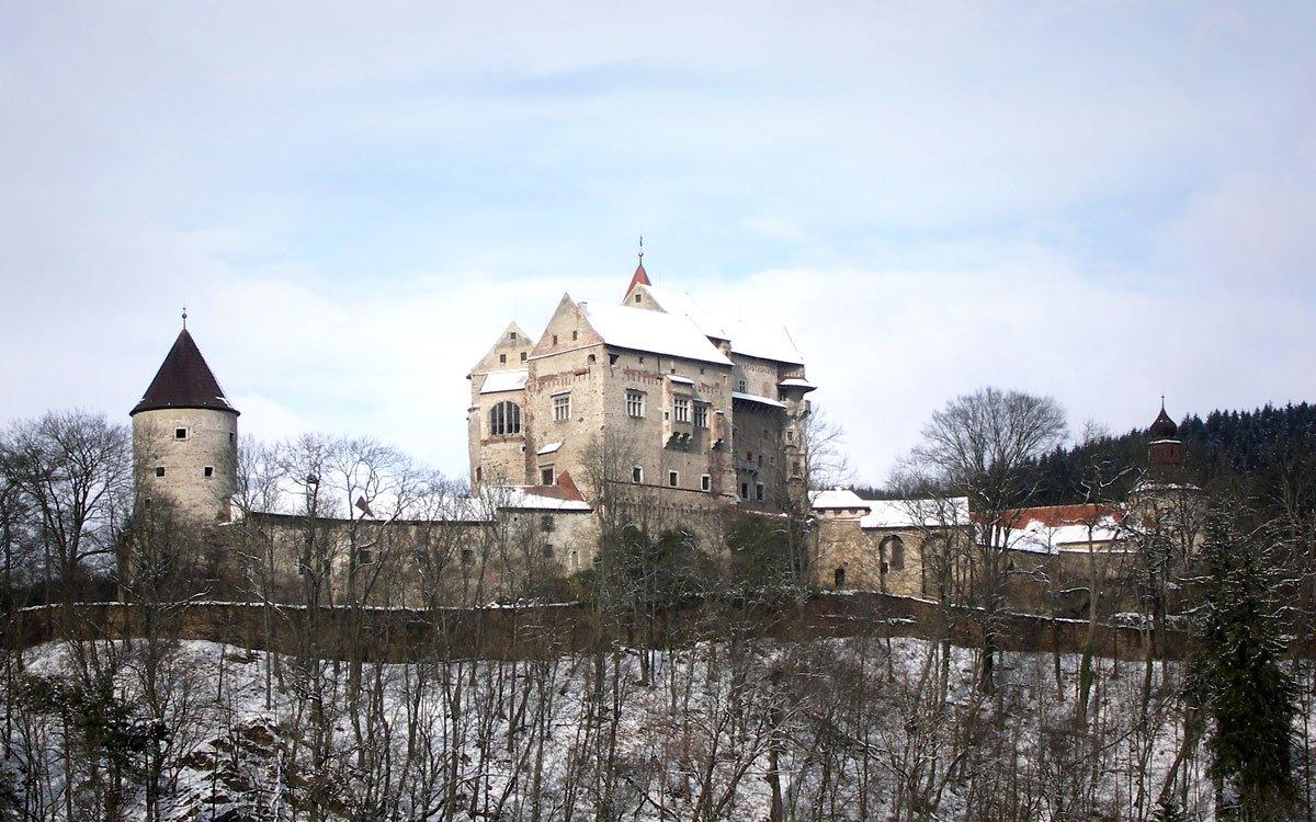 Jihozápadním směrem od Bystřice se nachází mohutný pozdně gotický hrad Pernštejn, jeden z nejnavštěvovanějších moravských hradů. Výčet pohádek, ve kterých můžete spatřit hradní kulisy, je úctyhodný a při jeho prohlídce opravdu snadno zapomenete, že se nacházíte ve 21. století. Hrad má otevřeno od dubna do října, kulturní a společenské akce se zde ale pořádají celoročně.   z archivu kraje Vysočina