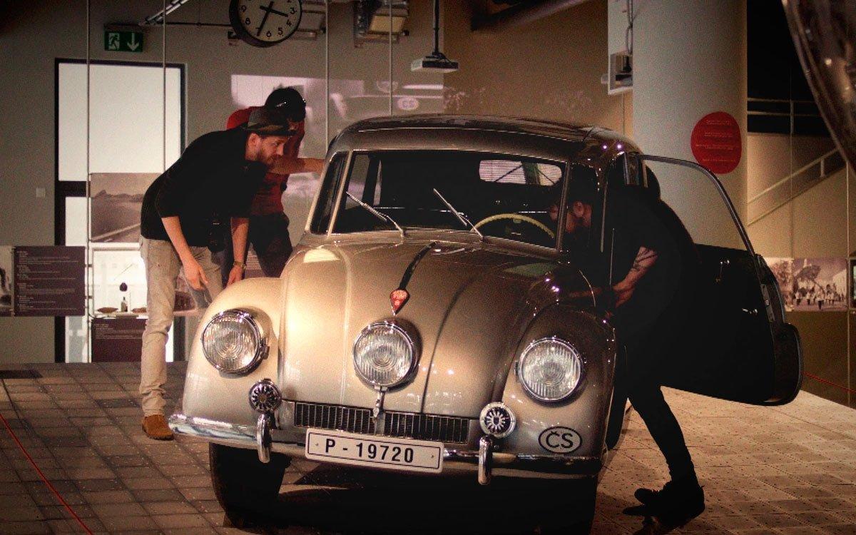 Originál vozu Tatra 87, ve kterém cestovatelé ujeli 65 000 kilometrů, je dnes majetkem Národního technického muzea v Praze a je na seznamu národních kulturních památek, stejně jako třeba korunovační klenoty. Ve zlínském Baťově institutu si můžete prohlédnout stejný model od soukromého sběratele Vladimíra Poláška. | z archivu seriálu Lovci zážitků