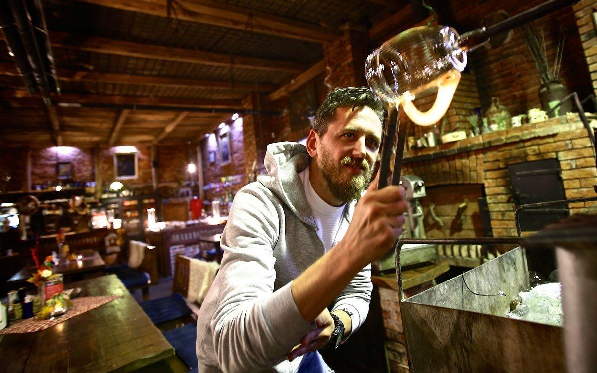A jistě se shodneme, že pivo z vlastnoručně vyrobeného půllitru chutná nejlépe.   © Tomáš Třeštík