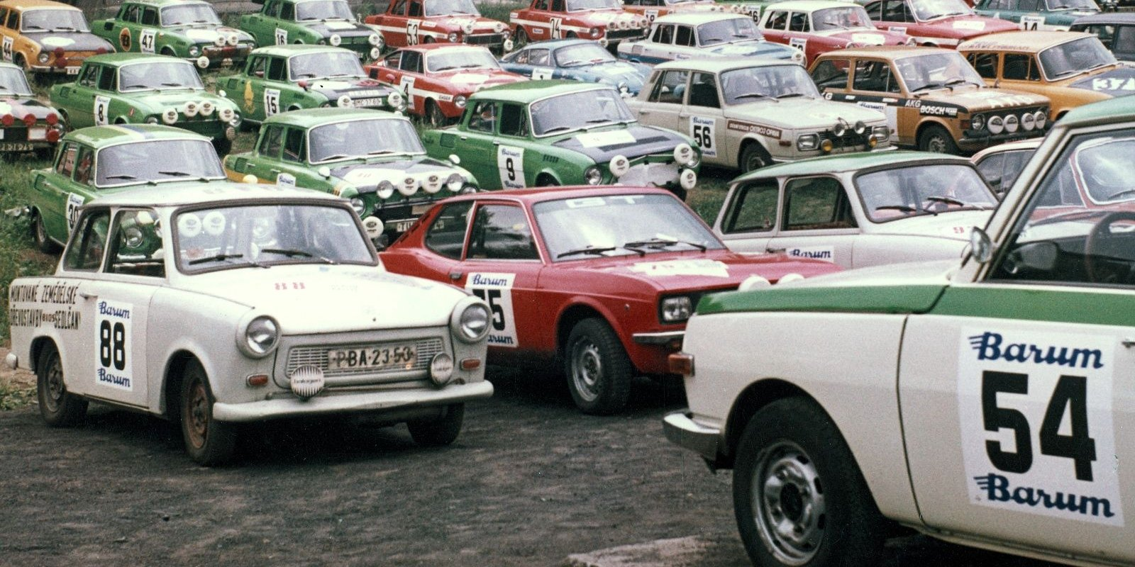 Vozový park ročníku 1973 připravený ke startu.