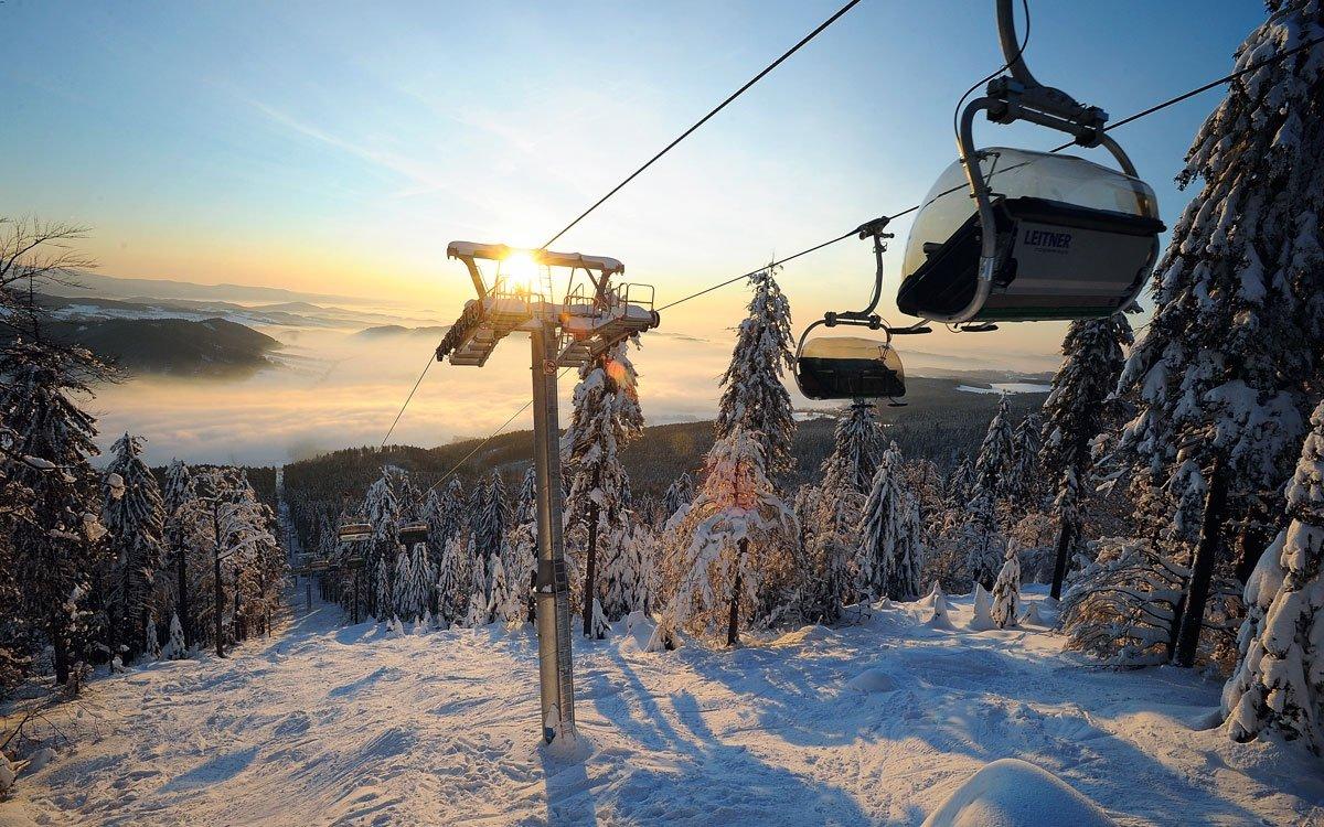 Buková hora je také oblíbeným cílem milovníků sjezdového lyžování. Na jejích svazích se nachází hned dvě lyžařská střediska - tradičně oblíbené Čenkovice a v roce 2010 moderně vybudovaný areál Červené Voda. Oba dva areály jsou navíc propojené a stačí vám jediný skipass. | z archivu AHS