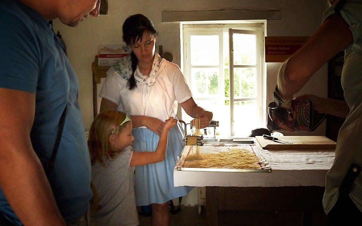 Kromě těžké dřiny okolo stavení se tu můžete naučit i tradiční slovácké recepty – třeba na domácí nudle. | © Jitka Slavíčková